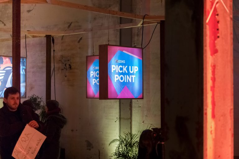 """Vierkante lichgtbakken dubbelzijdig met de tekst """"pick up point"""""""