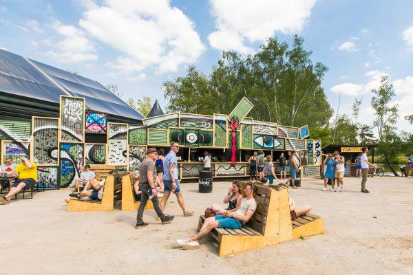 Meerdere palletzitjes met publiek op Best Kept Secret festival 2019